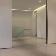 Empfang im Flurbereich mit raumhohem Spiegel und Schiebetüren zur Gaderobe und Gäste WC