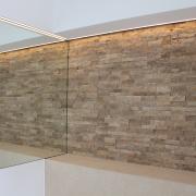 Detail Gäste WC Naturstein trifft auf Spiegel mit eingelassenem LED Profil