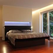 Schlafzimmer mit Wandnische als Ablage