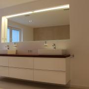 Waschtischanlage mit Wandnische und beleuchtetem Spiegel