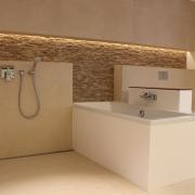 eingelassene Duschrinne im Boden an der Wand