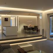 Blick vom Wohnzimmer in die Küche und Essplatz